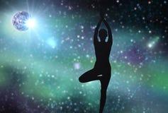 Silueta de la mujer que hace yoga sobre espacio Fotos de archivo libres de regalías