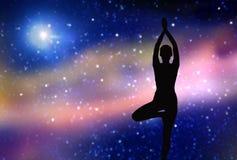Silueta de la mujer que hace yoga sobre espacio Imagen de archivo libre de regalías