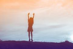 Silueta de la mujer que ruega sobre el cielo hermoso Fotos de archivo