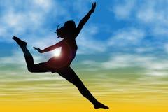 Silueta de la mujer que salta contra el cielo Imagen de archivo libre de regalías