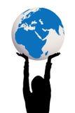 Silueta de la mujer que sostiene el globo de la tierra en manos Imagen de archivo
