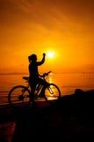 Silueta de la mujer su brazo para arriba hacia el sol Peopl de Suscessful Fotos de archivo