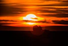 Silueta de la nave en la puesta del sol Fotos de archivo libres de regalías