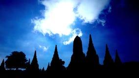 Silueta de la pagoda con lapso de tiempo de la nube almacen de metraje de vídeo