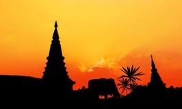 Silueta de la pagoda en la puesta del sol fotografía de archivo