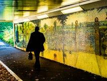 Silueta de la persona en paso inferior del subterráneo fotografía de archivo libre de regalías