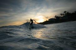 Silueta de la persona que practica surf imagen de archivo libre de regalías