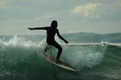 Silueta de la persona que practica surf Fotos de archivo libres de regalías