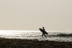 Silueta de la persona que practica surf Fotos de archivo