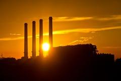 Silueta de la planta de la corriente eléctrica de la turbina de gas Imágenes de archivo libres de regalías