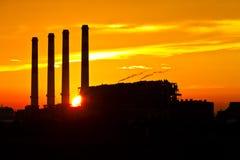 Silueta de la planta de la corriente eléctrica de la turbina de gas Imagen de archivo libre de regalías
