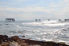Silueta de la plataforma petrolera arruinada vieja en el mar Imagenes de archivo