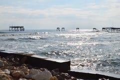 Silueta de la plataforma petrolera arruinada vieja en el mar Fotos de archivo libres de regalías