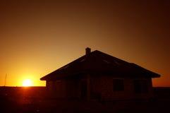 Silueta de la puesta del sol de la casa Imágenes de archivo libres de regalías