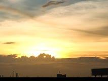 Silueta de la puesta del sol de la ciudad natal en Tailandia céntrico Imagen de archivo libre de regalías