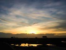 Silueta de la puesta del sol de la ciudad natal en Tailandia céntrico Fotos de archivo
