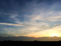 Silueta de la puesta del sol de la ciudad natal en Tailandia céntrico Foto de archivo libre de regalías