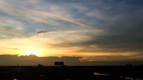 Silueta de la puesta del sol de la ciudad natal en Tailandia céntrico Foto de archivo