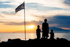 Silueta de la puesta del sol de la familia Foto de archivo