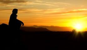 Silueta de la puesta del sol de la mujer Fotos de archivo libres de regalías