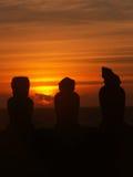 Silueta de la puesta del sol de 3 Moai Fotos de archivo