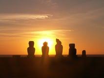 Silueta de la puesta del sol de Moai Imágenes de archivo libres de regalías