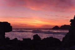 Silueta de la puesta del sol del Océano Pacífico Fotos de archivo