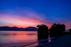Silueta de la puesta del sol de rocas en bahía en Tailandia Fotografía de archivo libre de regalías