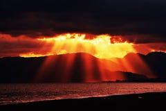 Silueta de la puesta del sol y de la montaña Imagenes de archivo
