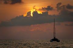 Silueta de la puesta del sol y del velero Fotos de archivo libres de regalías