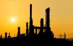 Silueta de la refinería de petróleo en la puesta del sol Foto de archivo