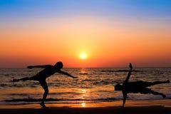 Silueta de la relajación en la playa Foto de archivo libre de regalías