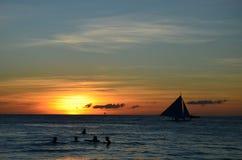Silueta de la resaca del viento contra puesta del sol Foto de archivo