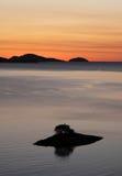 Silueta de la salida del sol de la isla Imagenes de archivo