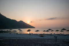 Silueta de la salida del sol en la playa Turquía Imagenes de archivo