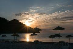 Silueta de la salida del sol en la playa Turquía Foto de archivo