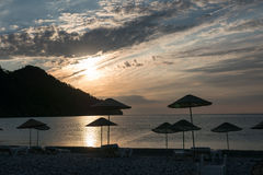 Silueta de la salida del sol en la playa Turquía Imagen de archivo libre de regalías