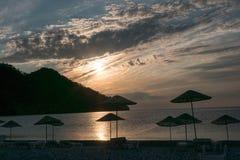 Silueta de la salida del sol en la playa Turquía Fotos de archivo libres de regalías