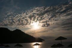 Silueta de la salida del sol en la playa Turquía Foto de archivo libre de regalías