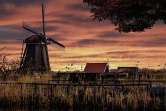 Silueta de la salida del sol del molino de viento imagenes de archivo