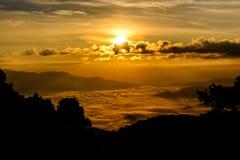 Silueta de la salida del sol y de la niebla con la montaña en Huai Nam Dang National Park en Chiang Mai y Mae Hong Son, Tailandia Foto de archivo libre de regalías