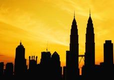 Silueta de la torre de KLCC durante salida del sol de oro imagen de archivo