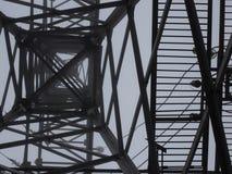 Silueta de la torre de la transmisión en fondo profundo del blanco de la niebla Imagen de archivo libre de regalías