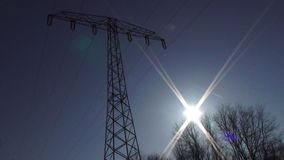 Silueta de la torre de la electricidad con el tiro estático de la llamarada del sol almacen de video