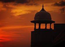 Silueta de la torre en el fondo del cielo de la puesta del sol, vado rojo, Agra, adentro Imagen de archivo libre de regalías