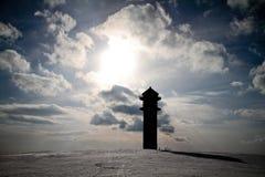 Silueta de la torre en la montaña en invierno Foto de archivo