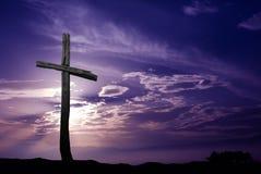 Silueta de la vieja cruz de madera en la salida del sol Foto de archivo libre de regalías