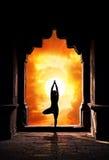 Silueta de la yoga en templo Imágenes de archivo libres de regalías