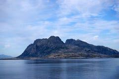 Silueta de las islas de Lofoten en la niebla Imagen de archivo libre de regalías