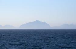 Silueta de las islas de Lofoten en la niebla Fotos de archivo libres de regalías